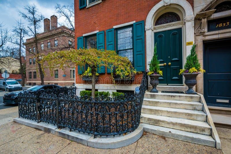 Rijtjeshuizen langs Delancey Place, dichtbij Rittenhouse-Vierkant, in Philadelphia, Pennsylvania stock afbeeldingen