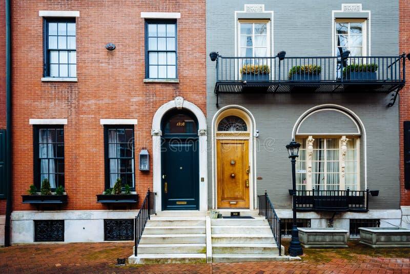 Rijtjeshuizen langs Delancey Place, dichtbij Rittenhouse-Vierkant, in Philadelphia, Pennsylvania stock fotografie