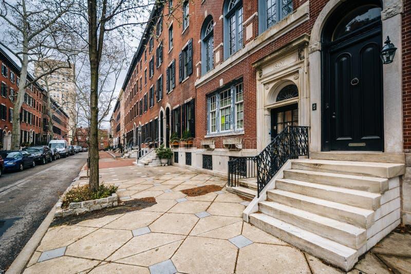 Rijtjeshuizen langs Delancey Place, dichtbij Rittenhouse-Vierkant, in Philadelphia, Pennsylvania stock afbeelding