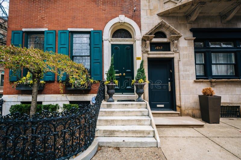 Rijtjeshuizen langs Delancey Place, dichtbij Rittenhouse-Vierkant, in Philadelphia, Pennsylvania royalty-vrije stock afbeelding