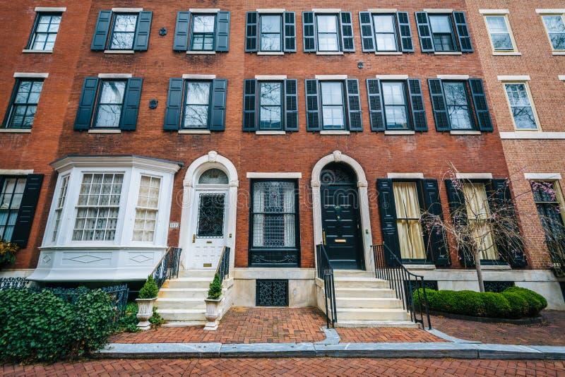 Rijtjeshuizen langs Delancey Place, dichtbij Rittenhouse-Vierkant, in Philadelphia, Pennsylvania royalty-vrije stock afbeeldingen