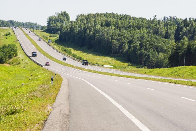 Rijweg in het land in de zomer royalty-vrije stock afbeelding