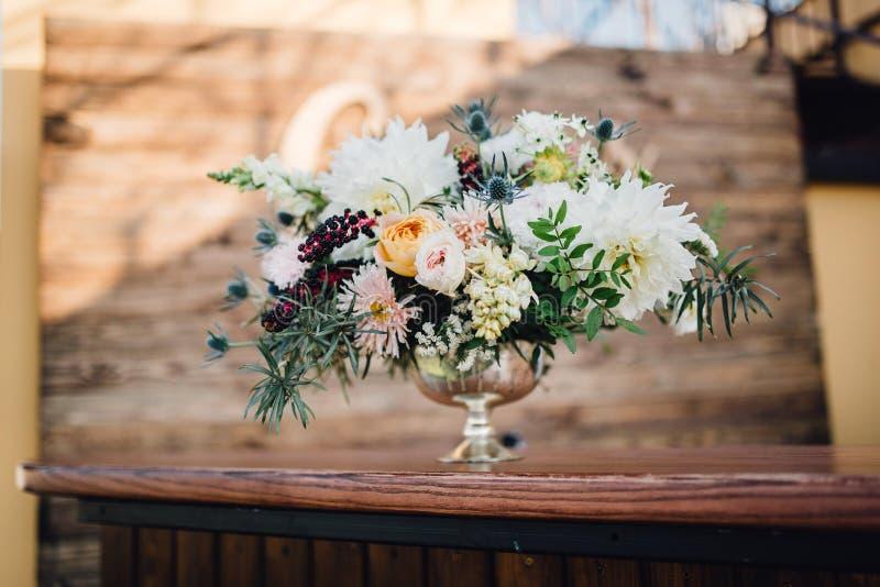 Rik bröllopbukett som göras av krysantemum och grönska i vas royaltyfria bilder