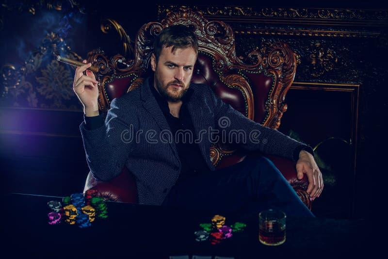 Rik hasardspelareman arkivbilder