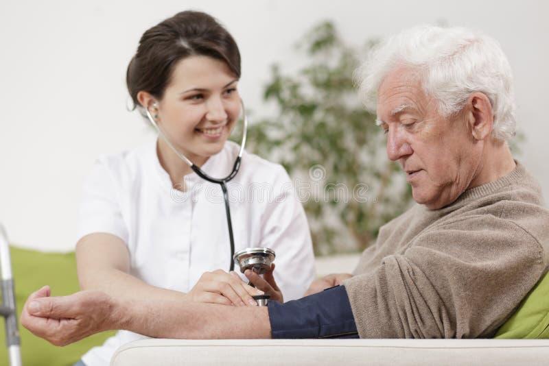 Rik pensionär under hem- tidsbeställning arkivfoton