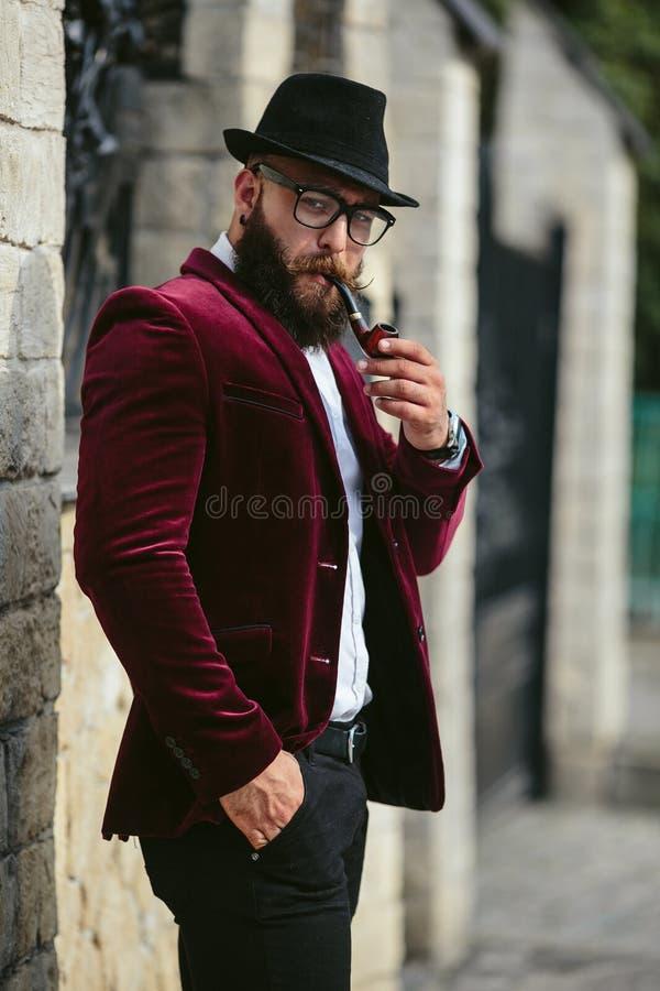 Rikeman med ett skägg som tänker om affär fotografering för bildbyråer