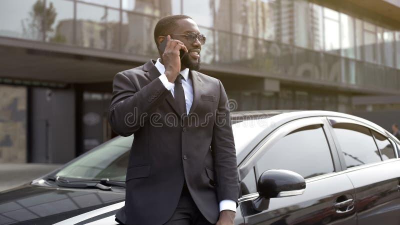 Rikeman som talar på telefonen med leende på framsida, lycklig brudgum på bröllopdag arkivfoton