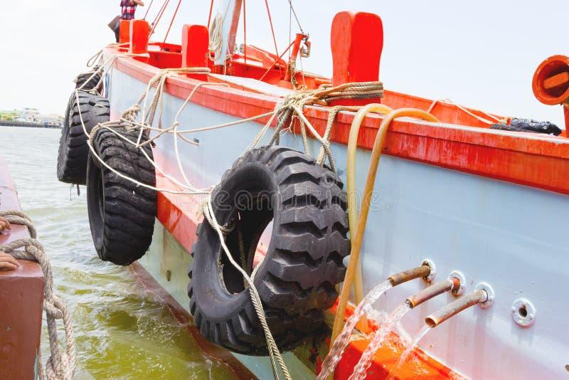 Rikligt skydd för gummihjul sidan av fartyget arkivfoto