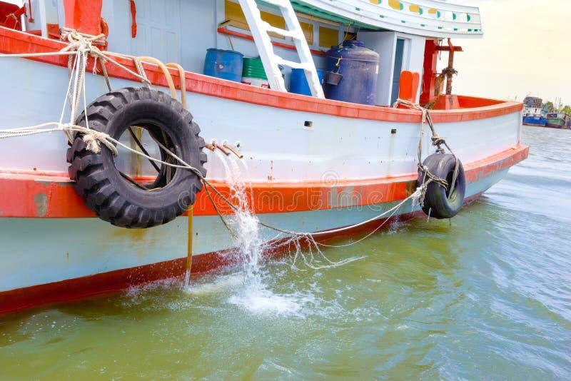 Rikligt skydd f?r gummihjul sidan av fartyget arkivfoton