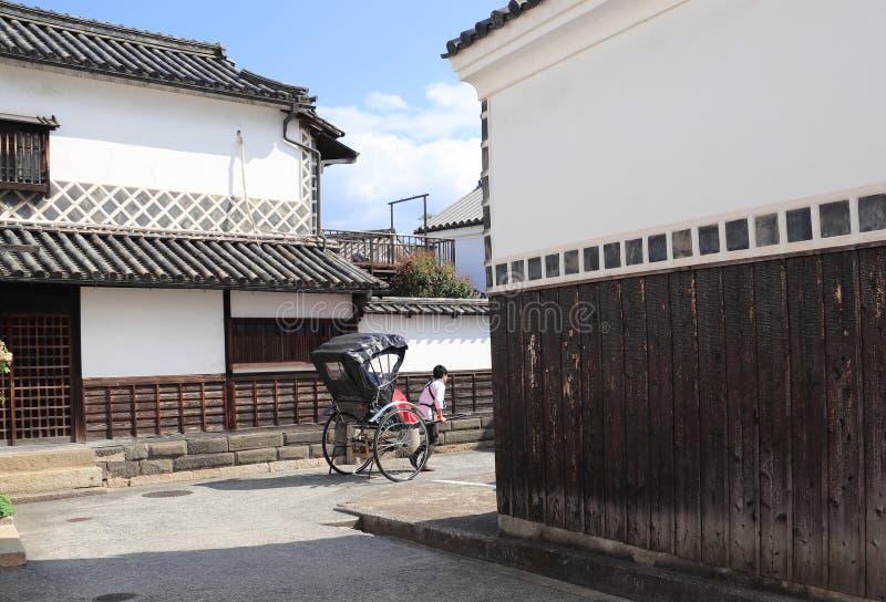 Rikscha auf Straße mit traditionellen japanischen Häusern, Bikan-Bezirk, Kurashiki, Japan lizenzfreie stockbilder