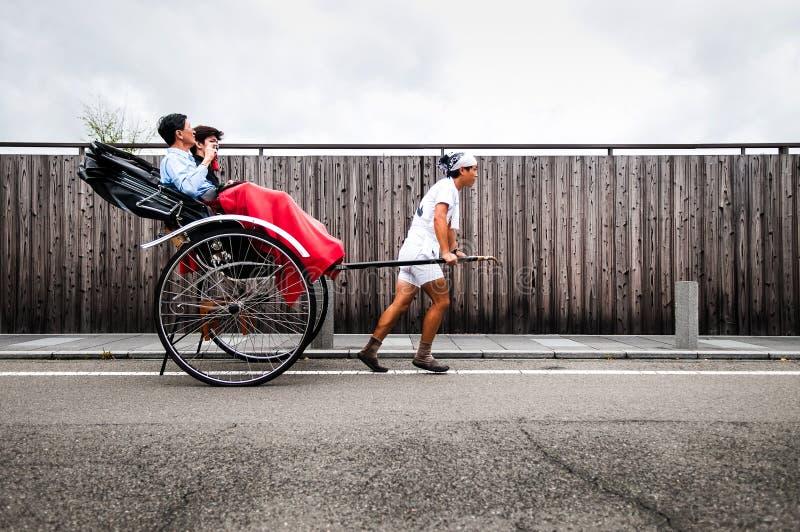 Rikscha oder japanische Rikscha gefahren durch männlichen Fahrer lizenzfreie stockfotografie