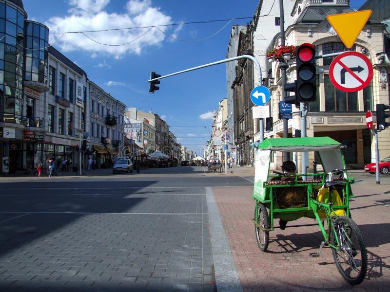 Rikscha parkte auf Kreuzung von Stra?en Piotrowska und Tuwima in Lodz in Polen lizenzfreie stockfotos