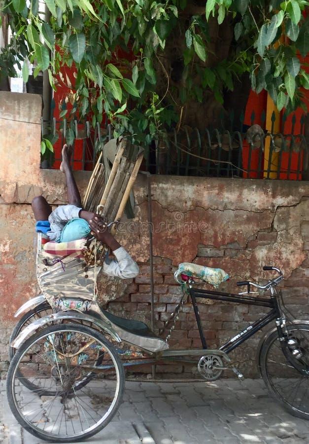 Rikschafahrer macht eine Pause in Varanasi, Indien stockfoto