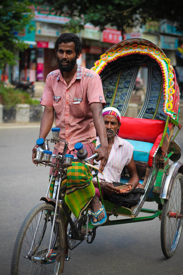 Rikshaw-Abziehvorrichtung in Dhaka stockfotos