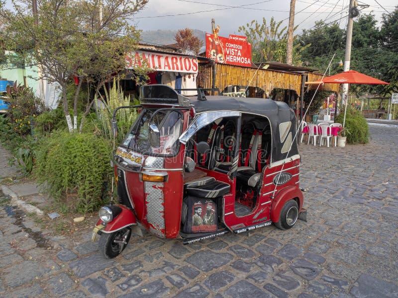 Rikshi bij Meer Atitlan wordt bevorderd om klanten, meer Atitlà ¡ n, Antigua, Guataemala aan te trekken stock foto's