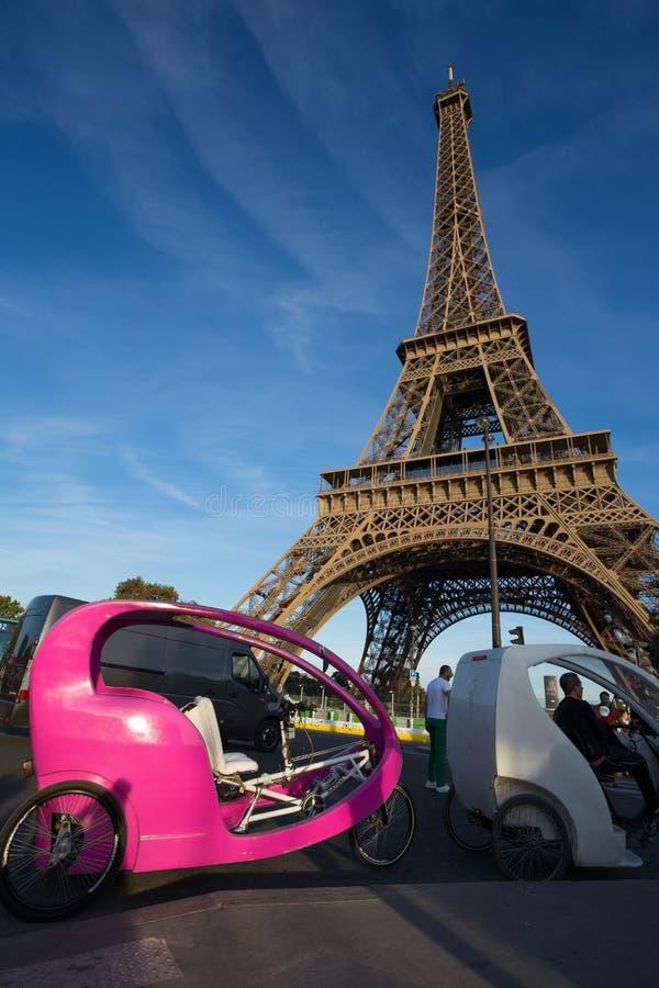 Riksja's voor toeristen dichtbij de Toren van Eiffel in Parijs, Frankrijk royalty-vrije stock fotografie