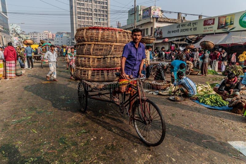 Riksjabestuurder op overvolle straten van Dhaka in Bangladesh stock afbeelding