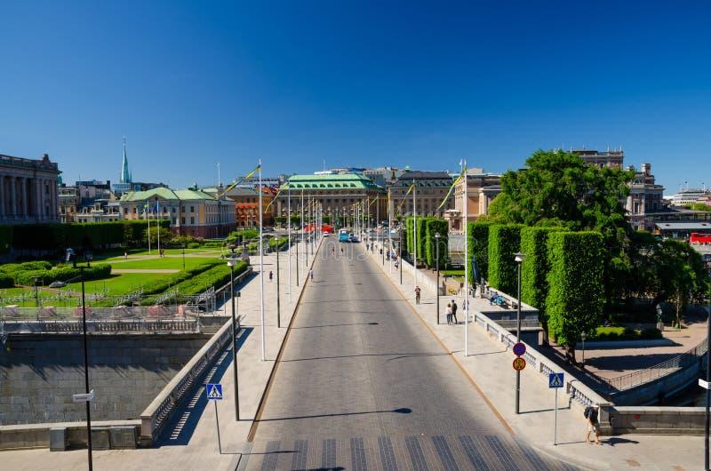 Riksplan zielenieje gazon i ulicę z flagami państowowymi, Sztokholm, S zdjęcie royalty free