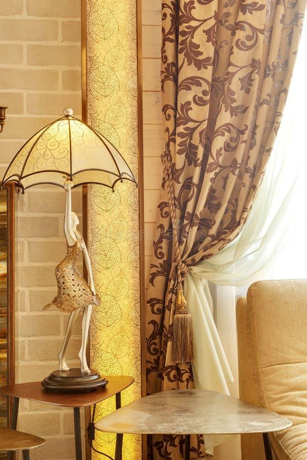 Rikt dekorerad gardin med en hållande rem arkivbilder