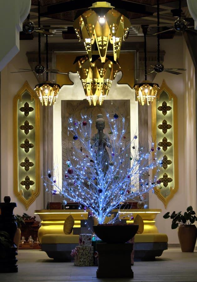 Rikt dekorerad korridor av byggnaden Ovanligt träd för nytt år Beröm av jul i det buddistiska landet arkivbilder