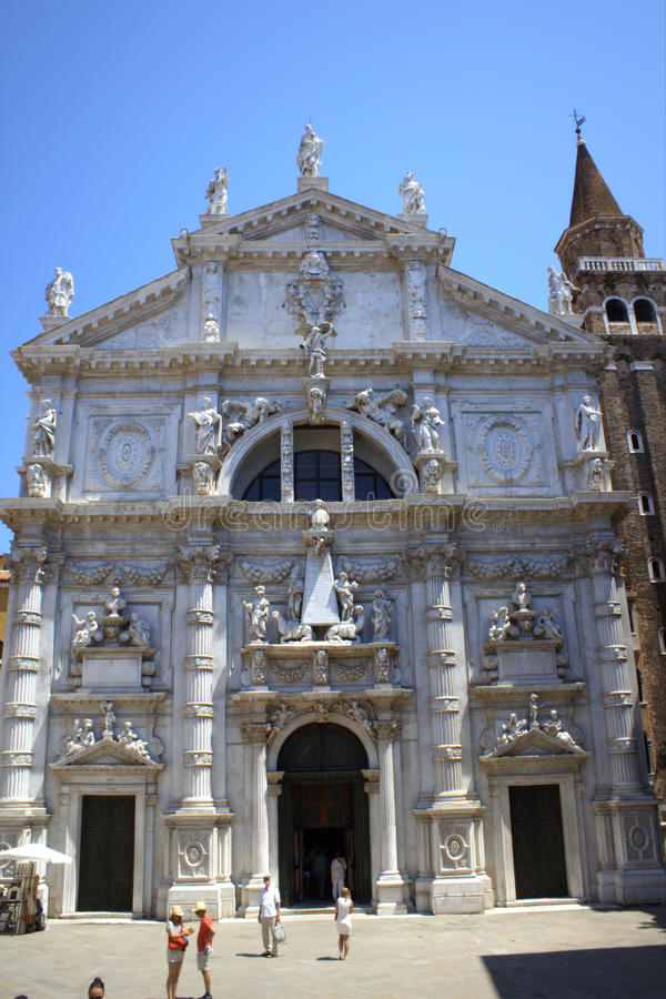Rikt dekorerad Venetian kyrka royaltyfria foton