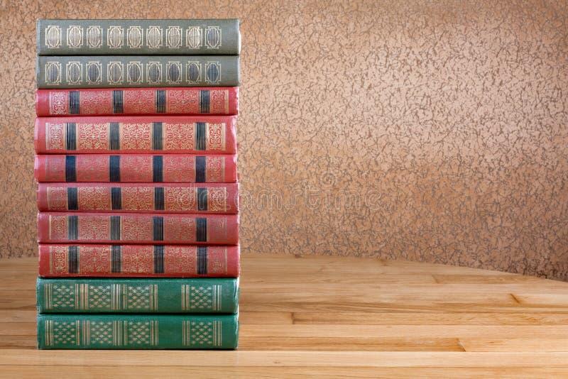 Rikt dekorerade volymer av böcker med en guld- bokstäver royaltyfria foton