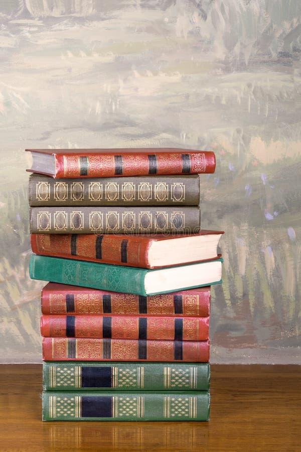 Rikt dekorerade volymer av böcker med guld- bokstäver arkivbilder