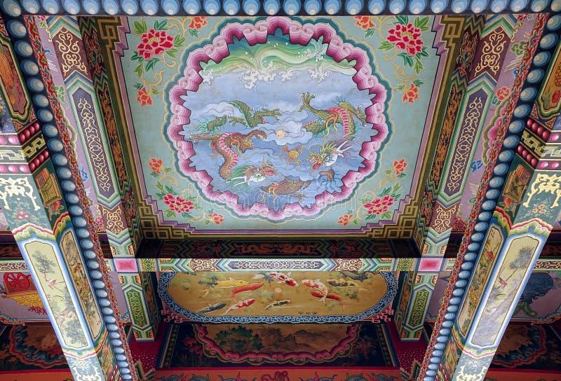 Rikt dekorerat tempeltak av den Wumiao templet arkivfoton