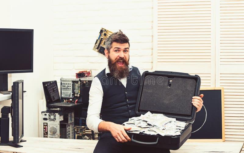 Rikt och lyckat Skäggig man med kassapengar Affärsman med pengarfallet i regeringsställning Skäggig hipster med dollaren arkivfoto