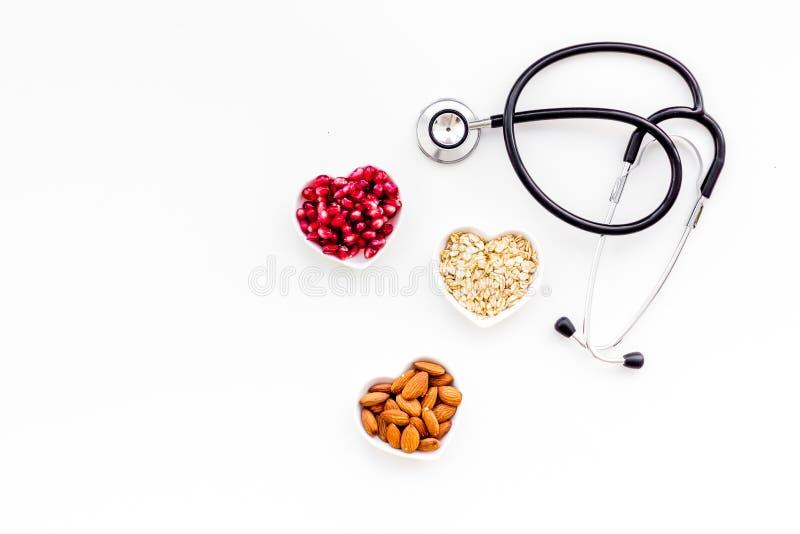 Riktig näring för pathients med hjärtsjukdomen Kolesterol förminskar bantar Havremjöl granatäpple, mandel i formad hjärta royaltyfri bild