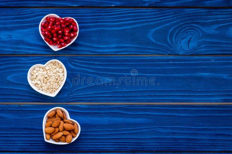 Riktig näring för pathients med hjärtsjukdomen Kolesterol förminskar bantar Havremjöl granatäpple, mandel i formad hjärta arkivfoto