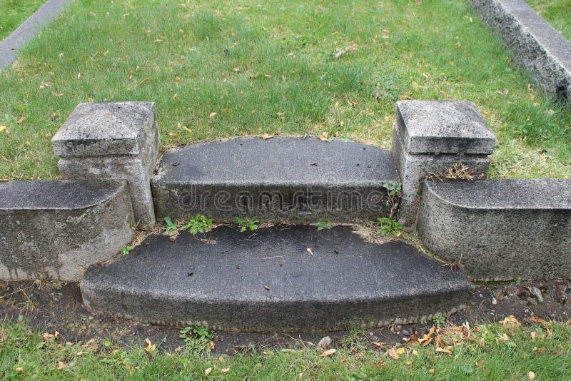 Riktiga marmormoment i gammal kyrkogård royaltyfri foto