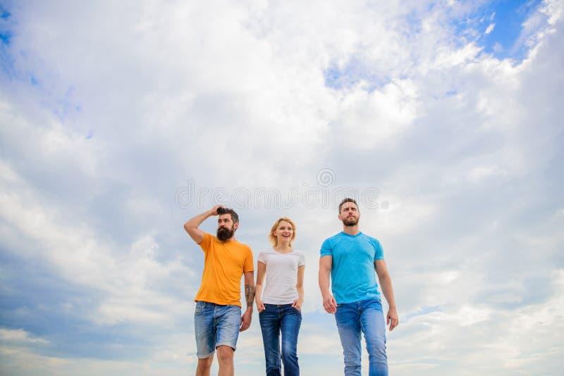 Riktigt kamratskap växer med ödehinder Riktiga vänner för enig threesome Håll den långa vägen för den rörande ho Enig grupp fotografering för bildbyråer