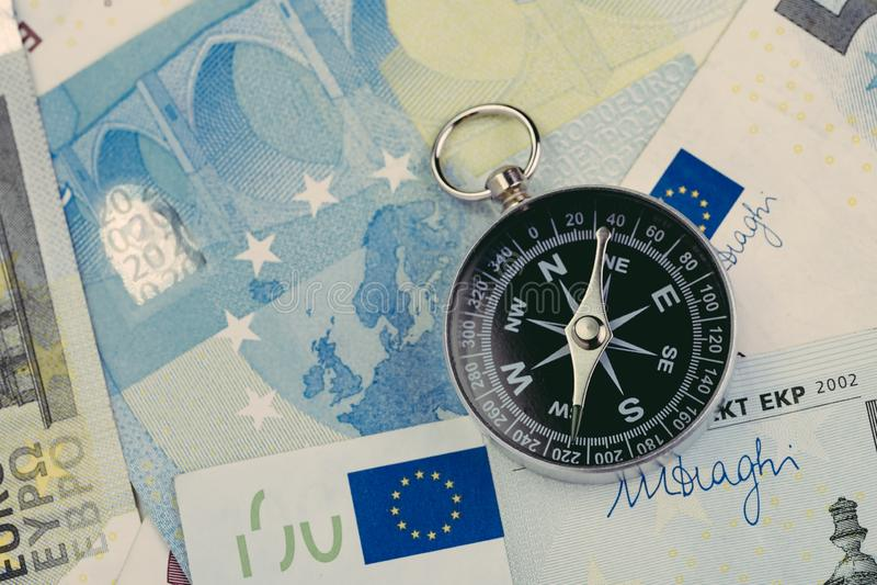 Riktning av Europa och UK efter brexitförhandlingbegrepp, kompass på eurosedlar med euroflaggan och förenad översikt av Europa oc royaltyfria bilder
