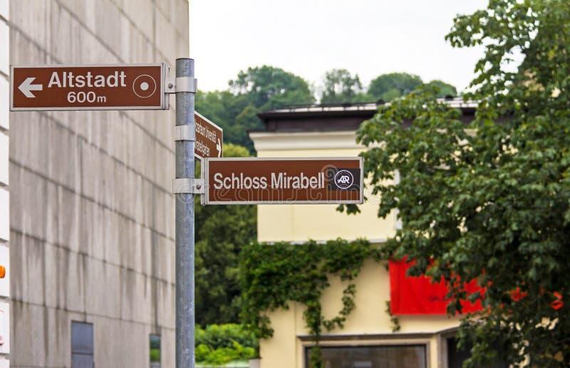 Riktning av trafik till några av de turist- platserna i Salzburg: Mirabell slott och den gamla staden i tysk royaltyfri bild