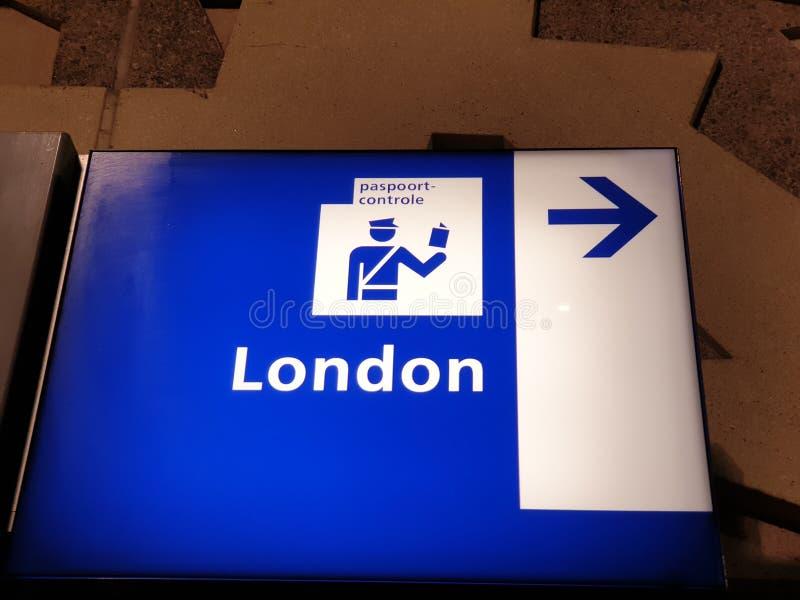 Riktningsskylt på den internationella plattformen vid Rotterdams centralstation för passkontroll för passagerare till London med  arkivfoto