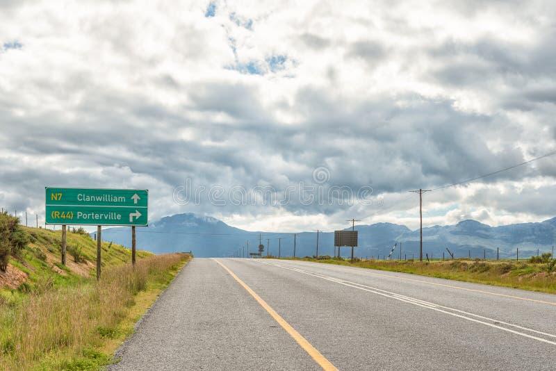 Riktningstecken på vägen N7 mellan Piketberg och Citrusdal fotografering för bildbyråer