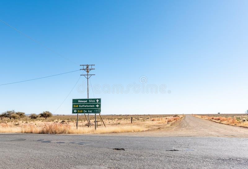 Riktningstecken på vägen R48 på Luckhoff arkivfoton