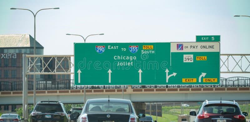 Riktningstecken till Chicago och Joilet på motorvägen - CHICAGO, USA - JUNI 12, 2019 fotografering för bildbyråer