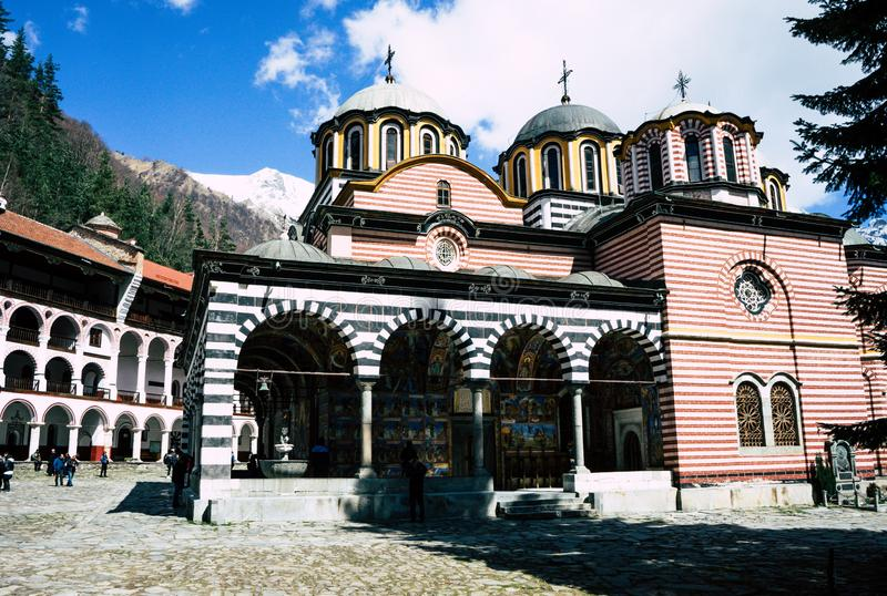 Rila/Βουλγαρία - 04142019: Μοναστήρι Rila με το χιόνι στη Ορθόδοξη Εκκλησία βουνών στοκ εικόνες με δικαίωμα ελεύθερης χρήσης