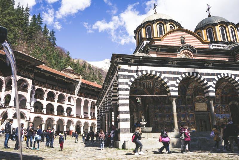 Rila/Bulgarien - 04142019: Rila kloster med insn?at den ortodoxa kyrkan f?r berg royaltyfri foto