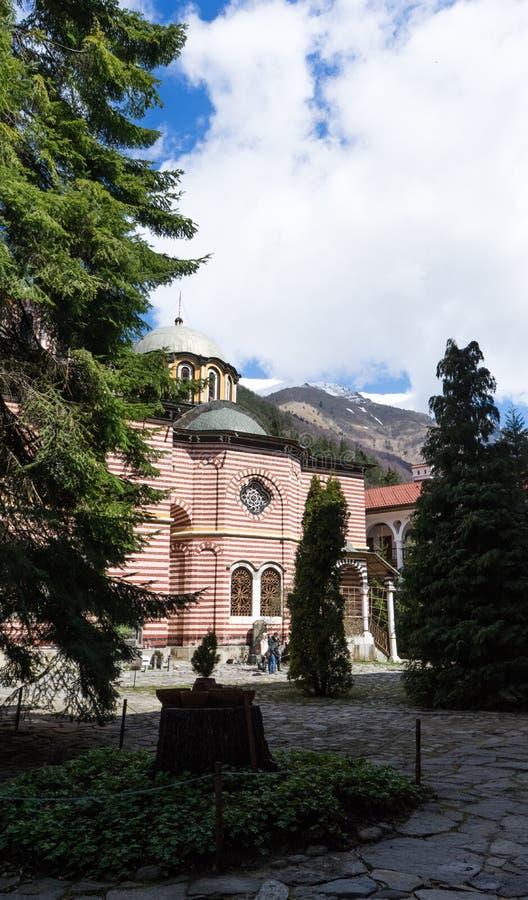 Rila/Bulgarien - 04142019: Rila kloster med insn?at den ortodoxa kyrkan f?r berg royaltyfria bilder