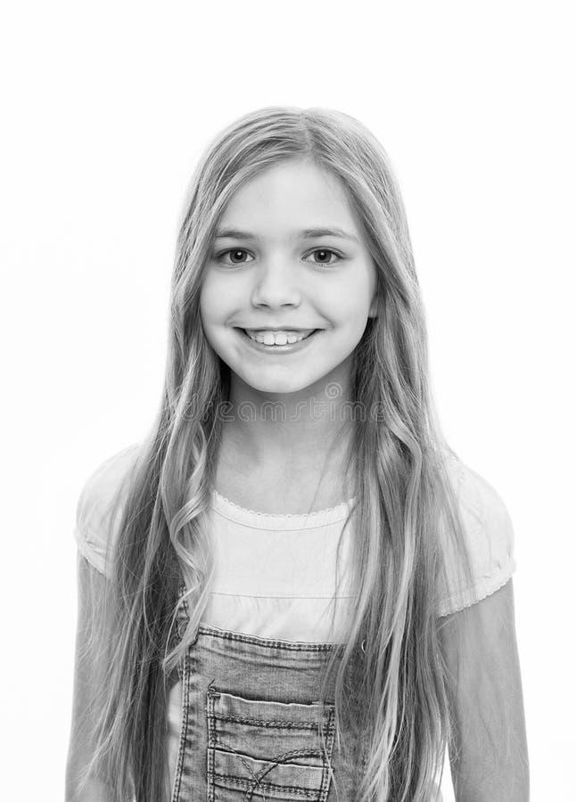 Rilasciare una grande dichiarazione con capelli enormi Sorridere felice della ragazza adorabile con la nuova acconciatura Piccolo fotografia stock