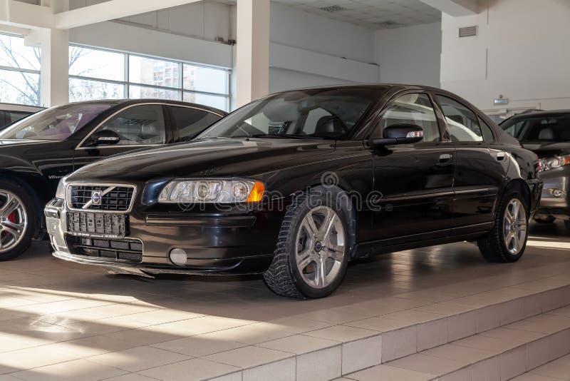 Rilascio nero di Volvo S60 2008 con un motore di 2 5 litri di vista frontale sul parcheggio dell'automobile nel centro di servizi fotografia stock libera da diritti