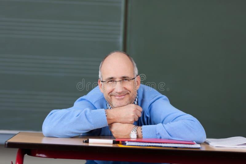 Rilassamento amichevole dell'insegnante maschio immagini stock libere da diritti