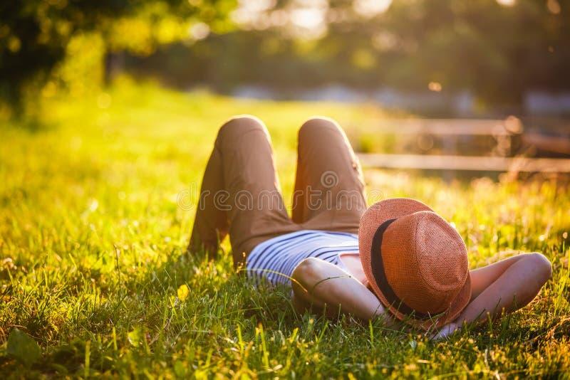 Rilassamento d'avanguardia della ragazza dei pantaloni a vita bassa fotografia stock