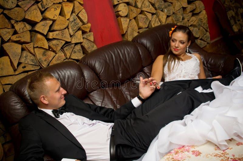 Rilassamento delle coppie della persona appena sposata fotografie stock