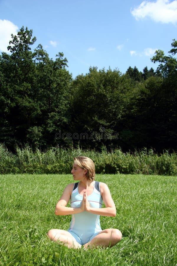 Rilassamento di yoga fotografia stock libera da diritti