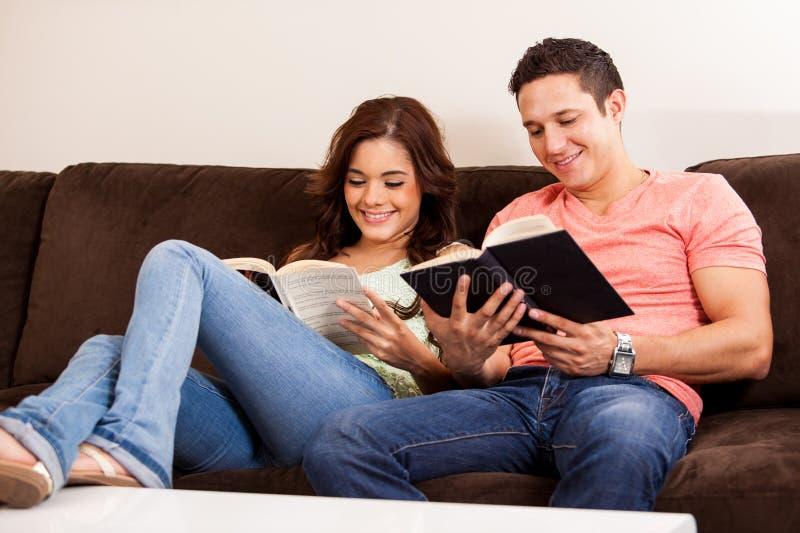 Rilassamento e leggere a casa immagine stock libera da diritti