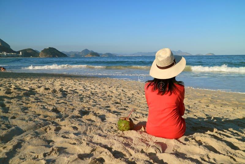 Rilassamento femminile sulla spiaggia soleggiata di Copacabana in Rio de Janeiro del Brasile fotografia stock
